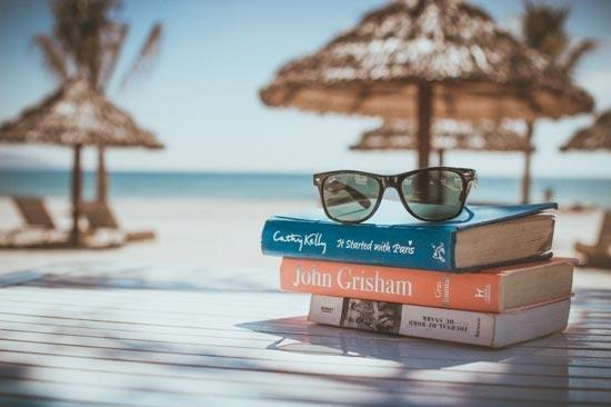 Бесплатные фотостоки - пример фото книжек с очками на фоне пляжа с фотостока Foter