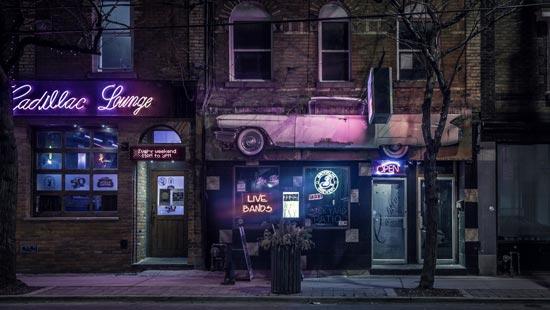 Бесплатные фотостоки - пример фото ночной улицы с неоновой рекламой на стенах с фотостока PLIXS