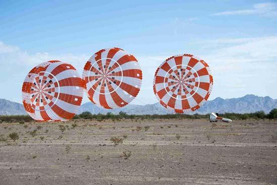 Бесплатные фотостоки - пример фототрех полосатых парашютов с фотостока Pickup Image